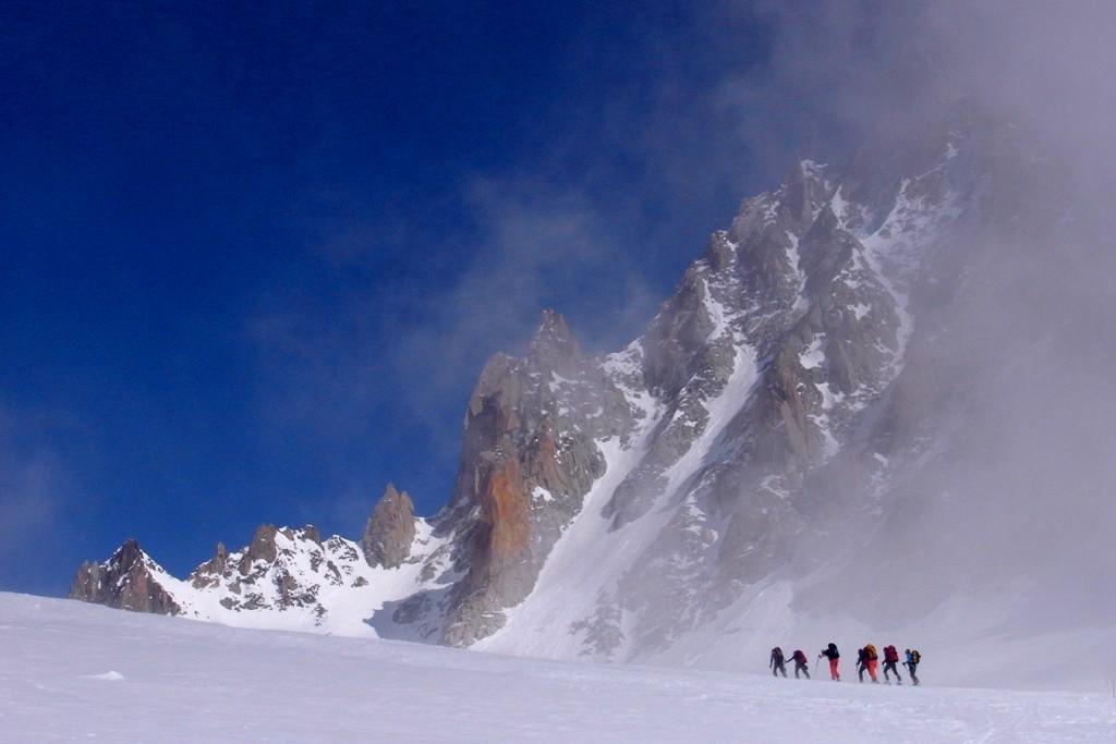 Montée au Col du Chardonnet sous les piliers de l'Aiguille d'Argentière