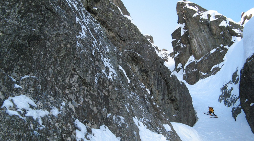 le couloir est étroit mais ça skie bien sur cette neige bien froide - B