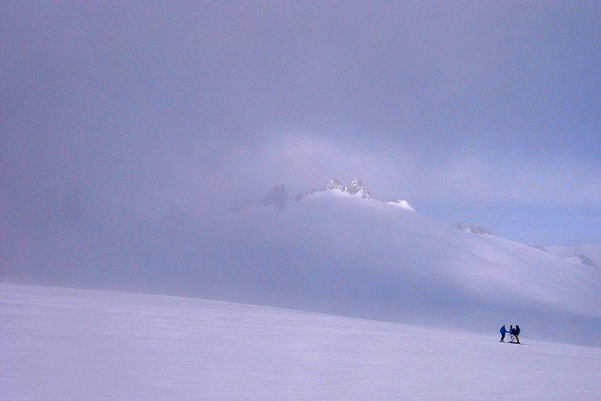 Les Aiguilles du Tour sortent de la brume sur le plateau du Trient
