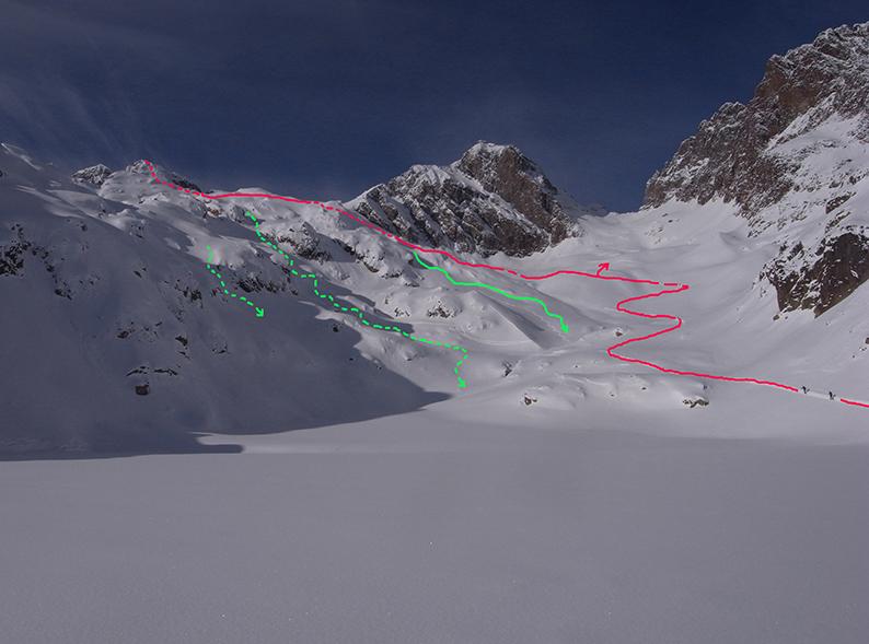 En rouge: le tracé de montée au col des Dards et à l'Aig Crochues (traitillé). En vert, les différentes possibilités de descente sous le col des Dards (le col du Belvédère, lui, est au dessus de la flèche rouge).