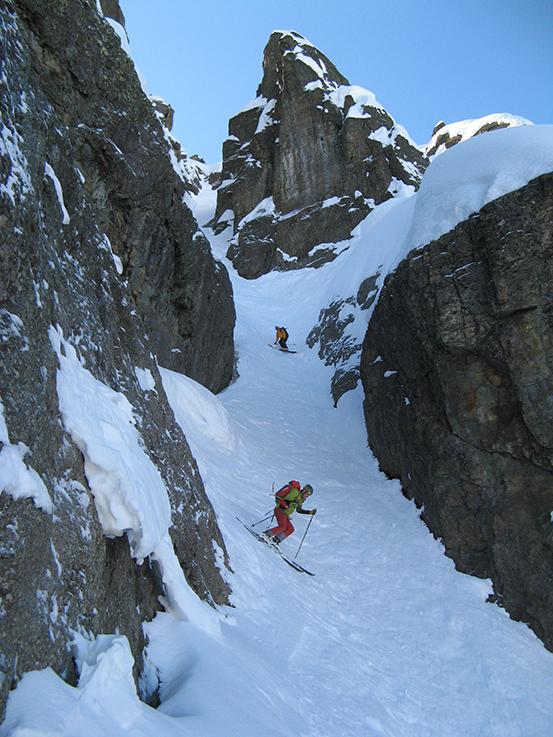 Le couloir est étroit mais se skie bien sur cette neige bien froide